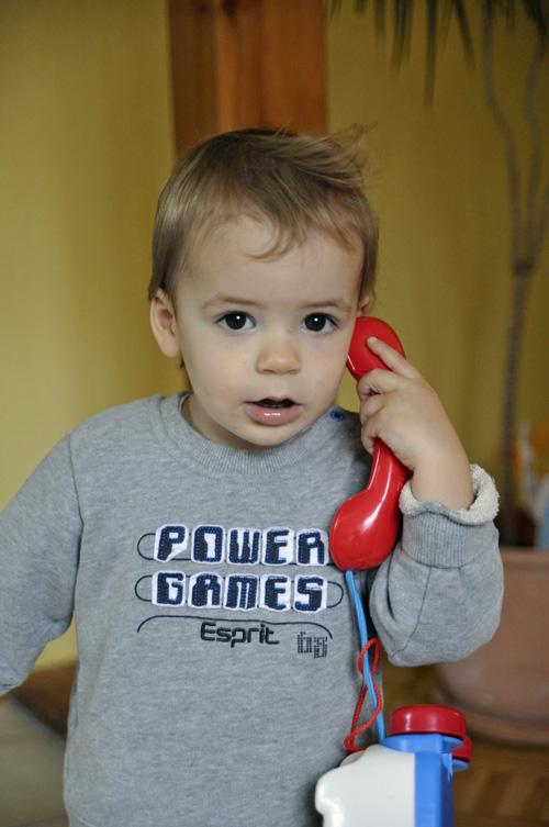 max telefoniert